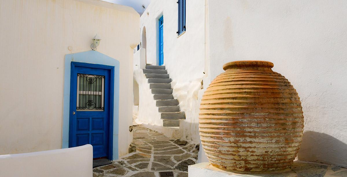 puerta azul, casas blancas, botijo, Paros, billetes de ferry