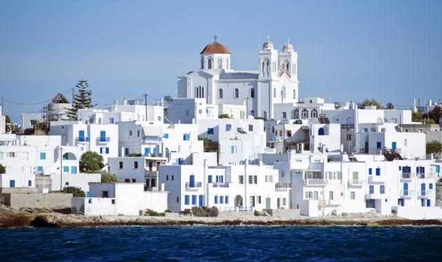 άσπρα σπίτια στην Πάρο, Νάουσα, οικισμός στις Κυκλάδες, θάλασσα, εκκλησία