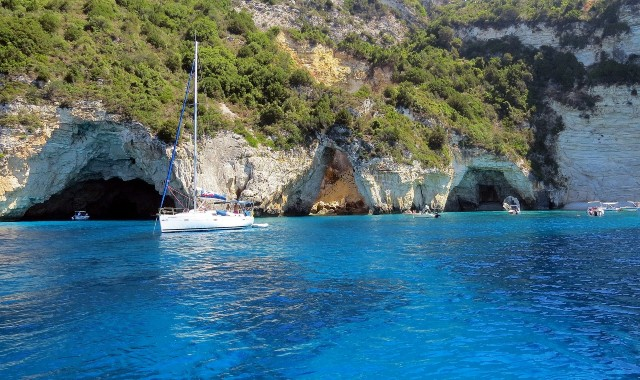 σπηλίες, μπλε θάλασσα, ιστιοπλοϊκά, πράσινα φυτά, βράχια