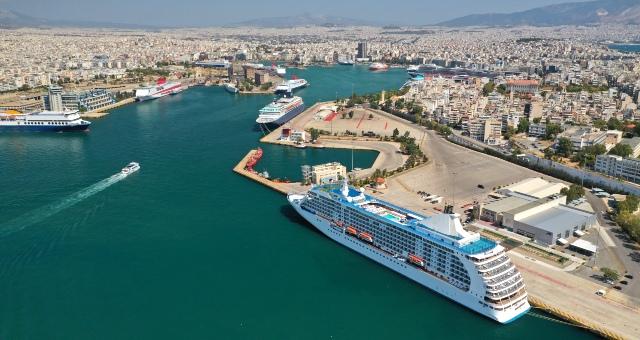 Πλοία στο λιμάνι του Πειραιά και στο βάθος η πόλη της Αθήνας
