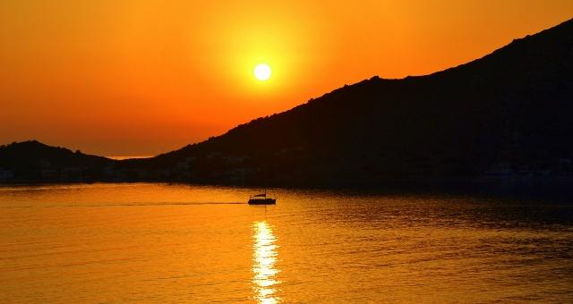 Ηλιοβασίλεμα, Ιστιοφόρο, θάλασσα, νησί, Ψέριμος, Κάλυμνος, πορτοκαλί ουρανός, αντανάκλαση