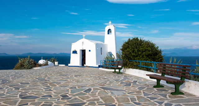 Παρεκκλήσι Άγιος Νικόλαος, Ραφήνα, μπλε ουρανός, πλακόστρωτο, παγκάκι, θέα θάλασσα, νησιά