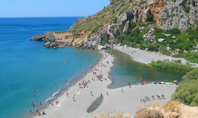 Αμμώδης παραλία Πρέβελη στο Ρέθυμνο, Φοίνικας, γαλάζια θάλασσα, λουόμενοι, ποτάμι, λιμνοθάλασσα, βράχια