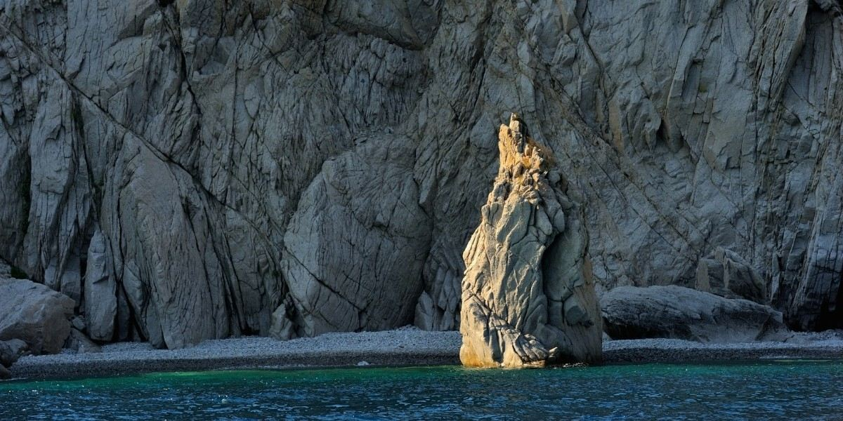 Raue Felsen auf der Insel Samothraki