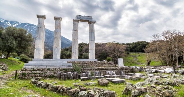 Αρχαιολογικός χώρος, Ιερό των Μεγάλων Θεών, Σαμοθράκη, ερείπια, δέντρα, χιονισμένο βουνό, φύση