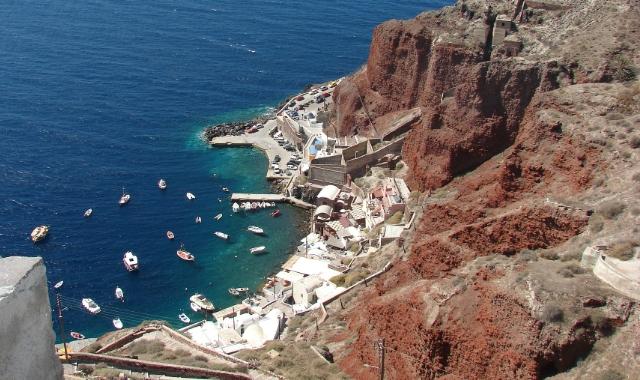 Το παλιό λιμάνι, Σαντορίνη, ψαρόβαρκες, οικισμός, δρόμος, κόκκινα βράχια, μπλε θάλασσα,