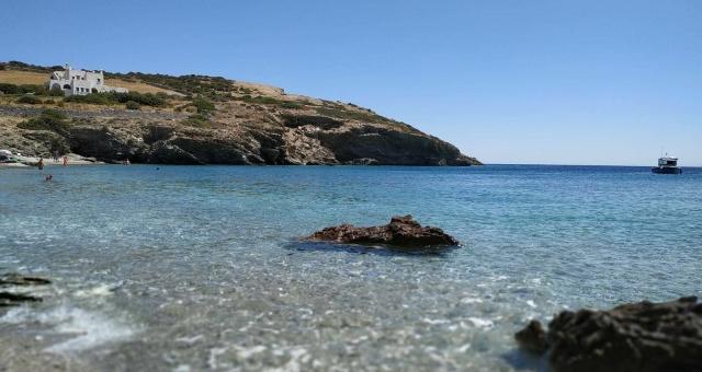 Αλυγαριά, παραλία στη Σχοινούσα, διάφανα νερά, ψαρόβαρκα, βράχια, άσπρα σπίτια, νησί