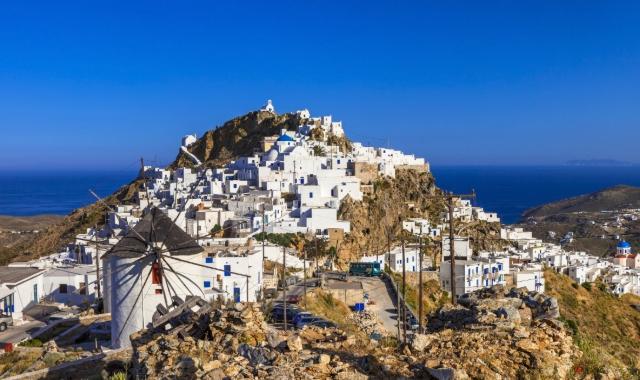 Η Χώρα της Σερίφου, άσπρα κυκλαδίτικα κτήρια, λόφος, μπλε ουρανός