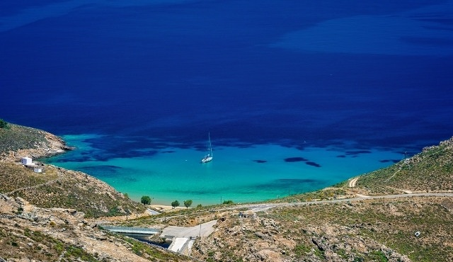 The beach of Psili Ammos in Serifos with heavenly waters