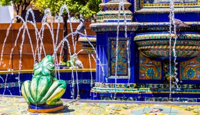 Fontana di Algeciras dall'architettura arabeggiante e dai colori accesi