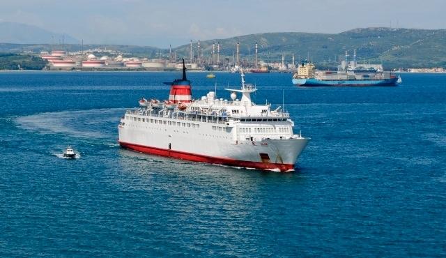 Navigazione in mare con il porto di Algeciras in lontananza