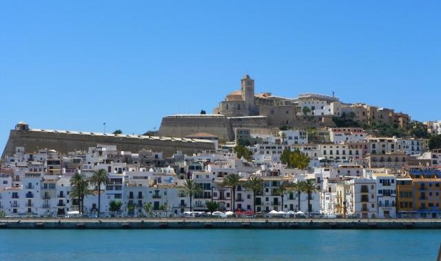 Ciudad costera de Ibiza, arquitectura y turismo, vacaciones y billetes de ferry