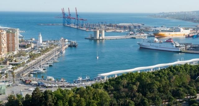 Eine Fähre hat im Hafen Málaga festgemacht