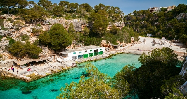 Das smaragdgrüne Meer der Bucht Cala Pi auf Mallorca