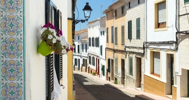 Rue étroite et habitations au village d'Alaior à Minorque, Espagne