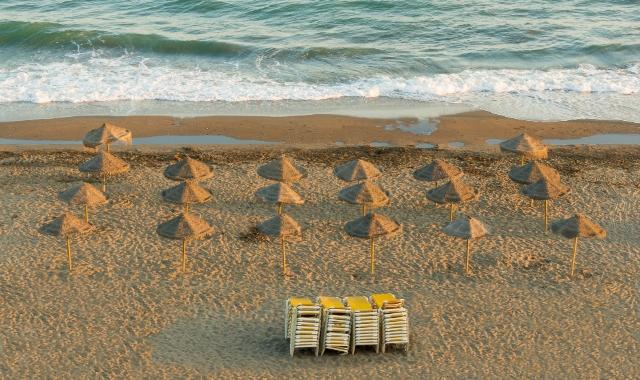 Sombrillas, hamacas, playa, vacaciones en Andalucía - rutas de ferry y billetes desde Marruecos hasta el sur de España