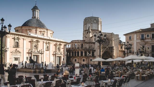 πλατεία στη Βαλένθια, αρχιτεκτονική, γοτθικά κτίρια, τουρίστες πίνουν καφέ, ακτοπλοϊκά εισιτήρια