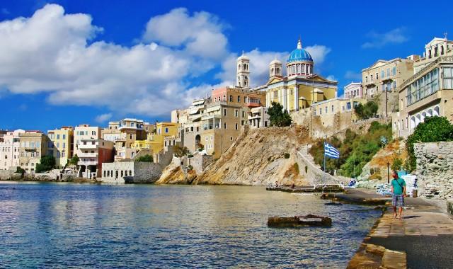 Ερμούπολη, λιμάνι Σύρου, αρχιτεκτονική Κυκλάδων, σπίτια, εκκλησία, θάλασσα, σύννεφα