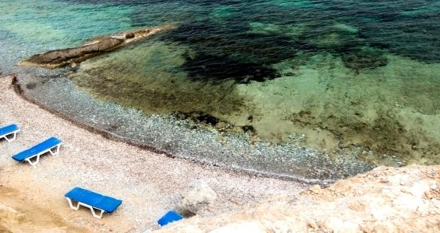 οργανωμένη παραλία, ξαπλώστρες, καθαρά νερά, ακτή, Τέλενδος, χαλικάκι