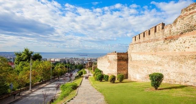 Τα βυζαντινά τείχη της Θεσσαλονίκης και θέα στον Θερμαϊκό