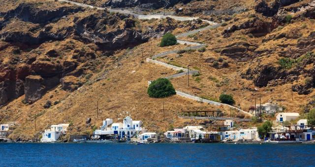 λιμάνι Κόρφος στη Θηρασιά, λευκά σπιτάκια, κυκλαδίτικη αρχιτεκτονική, σκαλιά για Μανωλάδα