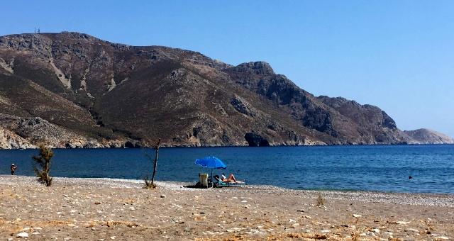 Η παραλία Έριστος με τη χρυσή αμμουδιά, στη Τήλο.