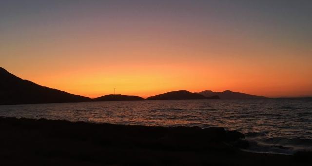 Πορτοκαλί ηλιοβασίλεμα στην Τήλο, θάλασσα, νησί, ανεμογεννήτρια