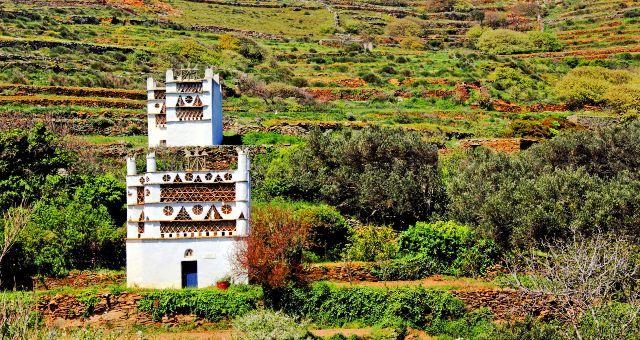 Παραδοσιακός περιστερώνας στο νησί της Τήνου, φύση, πράσινο τοπίο