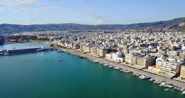 Το λιμάνι και η πόλη του Βόλου, κτίρια, βουνό, ιστιοφόρα, πλοία, σκάφη, δρόμος, θάλασσα, σύννεφα, ουρανός