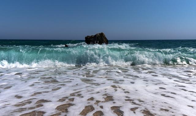 Waves in a beach in Pelion