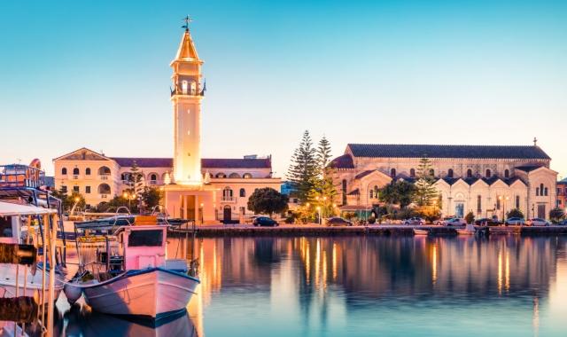 Luces y colores de la tarde en el puerto de Zakynthos, arquitectura, rutas de ferry al Jónico